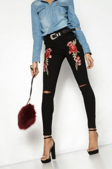 Черные джинсы с вышивкой