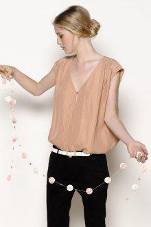 Бежевая блузка без рукавов