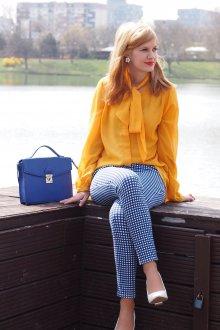 Желтая блузка с бантом