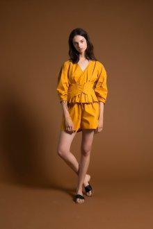 Желтая блузка с корсетным поясом