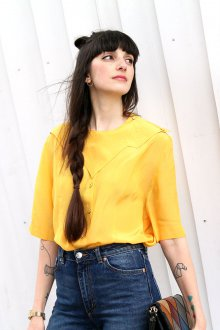 Свободная желтая блузка