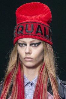 Красная спортивная шапка 2020