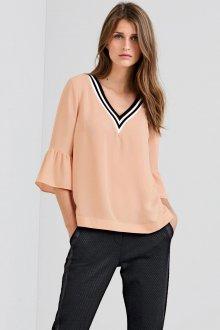 Трикотажная блузка с вырезом