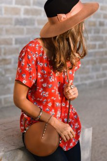 Красная блузка с принтом