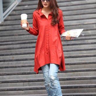 Красная блузка с рваными джинсами