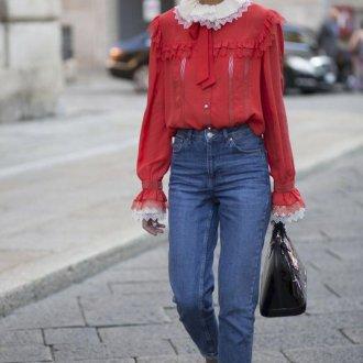 Красная блузка с воротником
