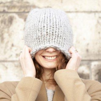 Серая шапка крупной вязки