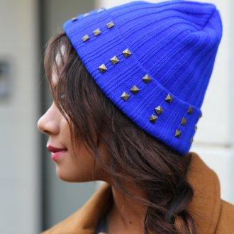 Синяя шапка с металлическим декором