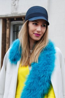 Синяя шапка с козырьком