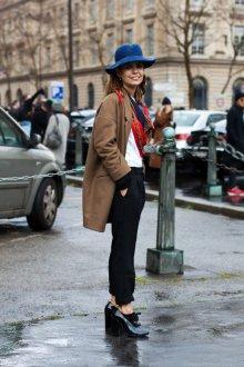 Синяя шапка с пальто