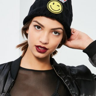 Черная шапка с нашивками