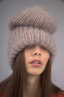 Бежевая шапка из мохера