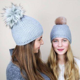 Голубая шапка с помпоном