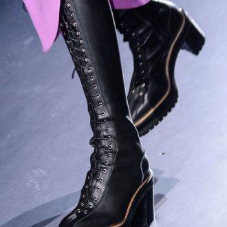Черные сапоги на подошве