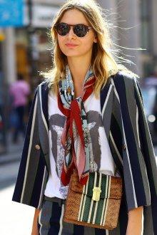 Шелковый шарф с костюмом