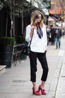 Шелковый шарф в повседневном стиле