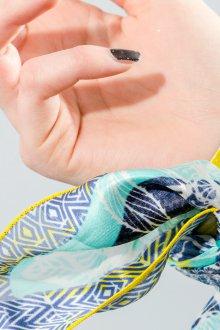 Шелковый шарф на руке