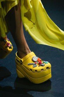 Желтые ботинки с декором