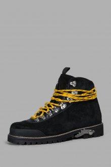 Желтые шнурки на ботинках