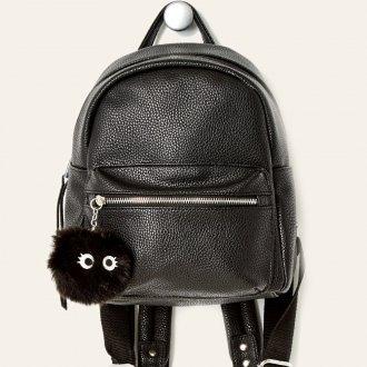 Черный рюкзак с помпоном
