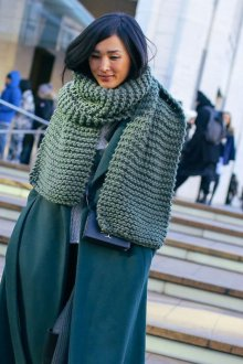 Зеленый вязаный шарф