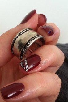 Маникюр на короткие ногти с наклейками