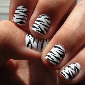 Маникюр на короткие ногти зебра