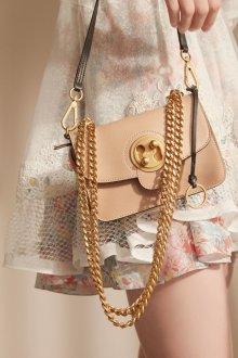 Бежевая сумка на цепочке