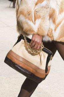 Бежевая сумка из комбинированной кожи