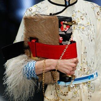 Бежевая сумка с мехом