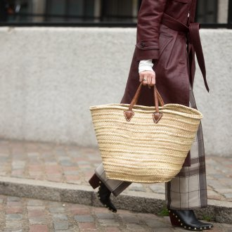 Бежевая сумка плетеная