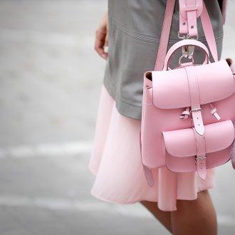 Розовый рюкзак с брелком
