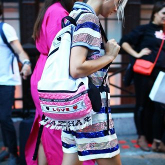 Розовый рюкзак с нашивками