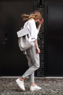 Серый рюкзак в лаконичном дизайне