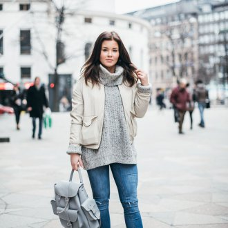 Образ с серым рюкзаком