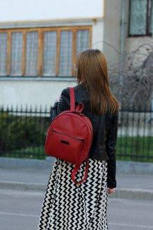 Красный рюкзак с курткой