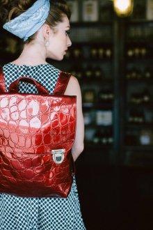 Красный рюкзак лаковый