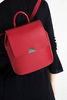 Красный рюкзак лаконичного дизайна