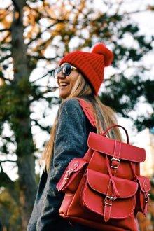 Красный рюкзак с ремнем