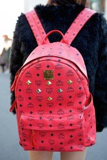 Красный рюкзак с рисунком