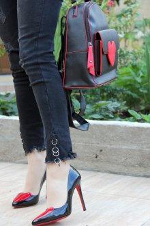 Красный рюкзак с сердцем