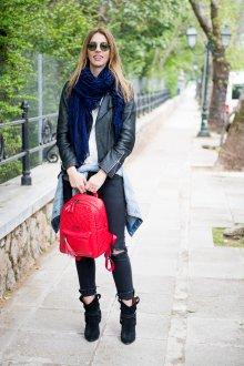 Красный рюкзак со стежкой
