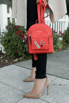 Красный рюкзак со значками