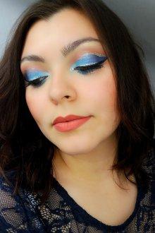 Синий макияж с белым