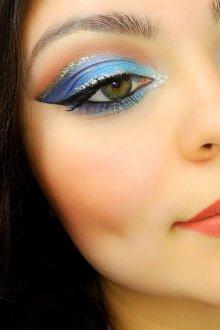 Синий макияж с блестками