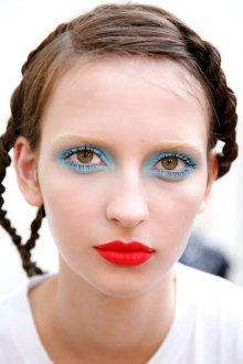 Синий макияж с красной помадой
