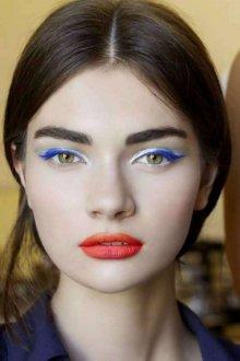 Синий макияж с помадой