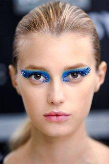 Синий макияж со стразами