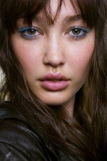 Синий макияж с тушью