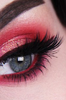 Красный макияж голубых глаз